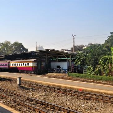 Trem saindo da estação