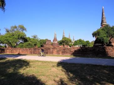 Eu no pedal, saindo do Wat Phra Si Sanphet