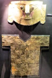 Máscara em ouro.
