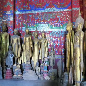 Esculturas de Buda e paredes de mosaicos