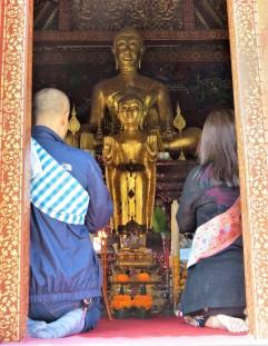 Fiéis fazendo sua oração no Wat Xieng Thong