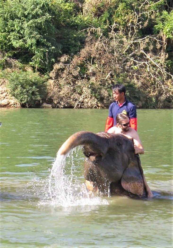 O do Tiago parecia se divertir, batendo com a tromba e espirrando água!