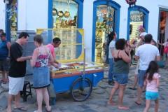 Vendedores de doces de tabuleiro e lojinhas de artesanato