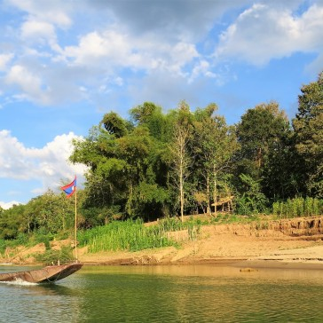 Acesso de canoa pelo rio Nam Khan