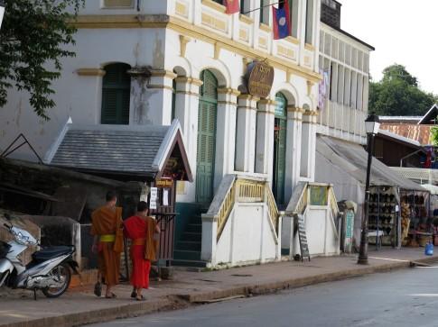 Monges caminhando pelo casario colonial