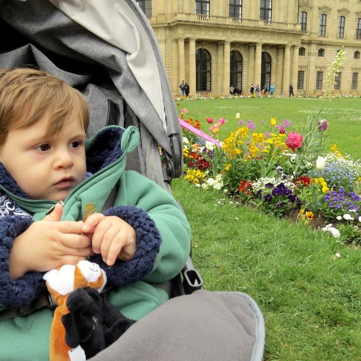 Tato encantado com o jardim e fontes do palácio