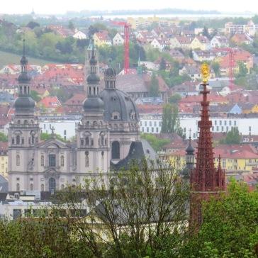 Vista das igrejas do centro de Wurzburg do alto da Festung Marienberg