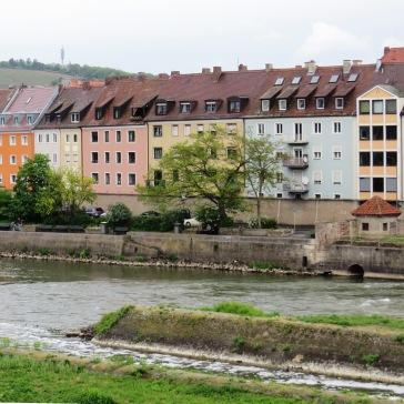 Casas coloridas à beira do rio Main