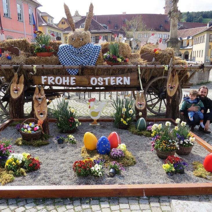 Decoração de páscoa na praça central de Weikersheim