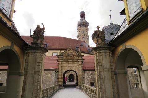 Portão de entrada do castelo de Weikersheim no centrinho da cidade