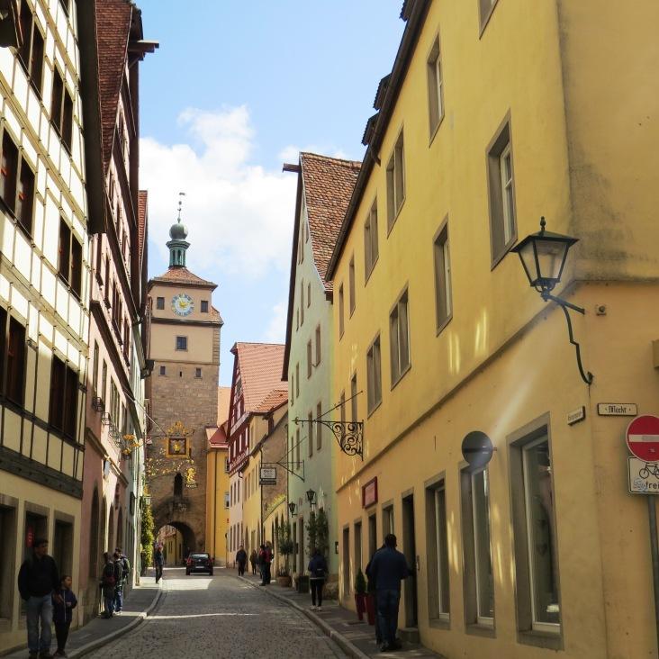 Ruas charmosas e torres medievais da cidade murada Rothenburg
