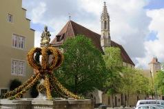Enfeite de páscoa na fonte da igreja Franziskanerkirche