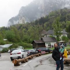 No estacionamento com o papai, ainda acordado. Neuschwanstein ao fundo!