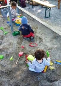 Tales brincando na areia
