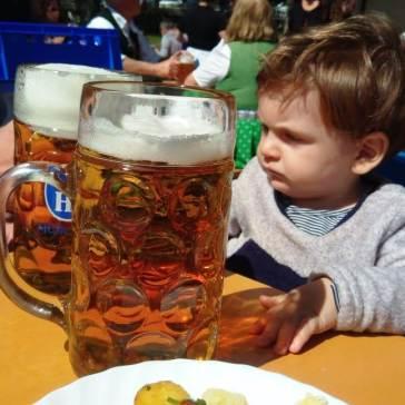 O Tales ficou impressionado com o tamanho da cerveja! kkkk