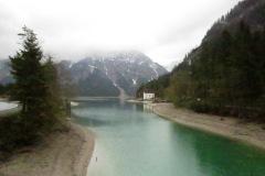 Estrada à beira do lago Plansee