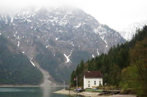 Lago Plansee na Áustria