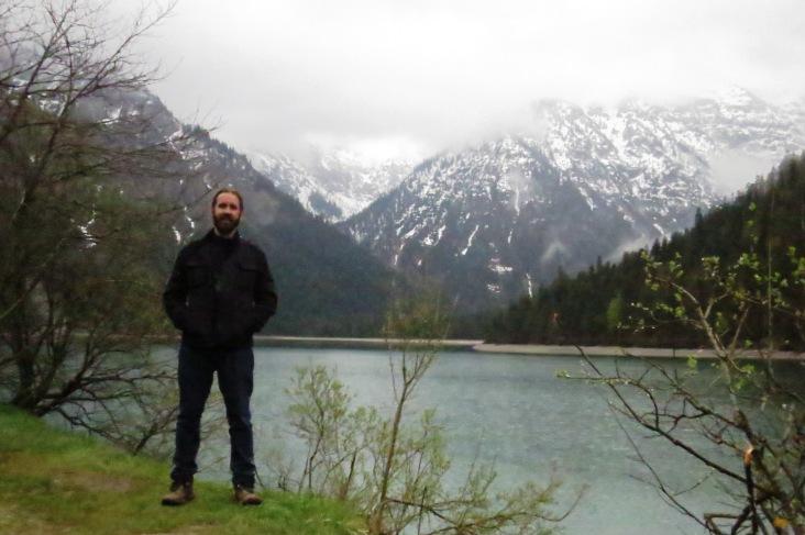 Picos nevados na linda paisagem do lago Plansee