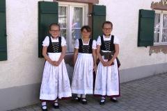 Garotinhas em seus trajes típicos