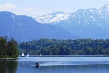 Belíssima vista do lago Staffelsee na primavera