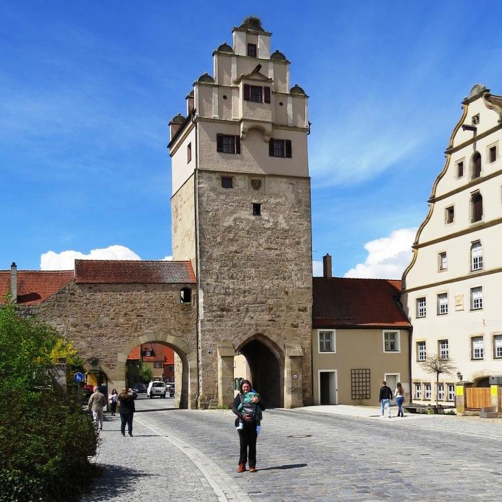 Nördlinger Tor, um dos portões medievais para entrar na cidade murada Dinkelsbühl
