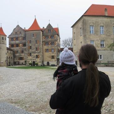 Observando o castelo de Harburg com o papai