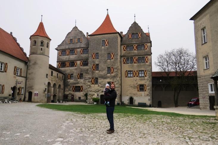 Aguardando o início do tour no castelo de Harburg