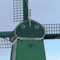 Detalhe, nome e data do moinho Poelenburg.