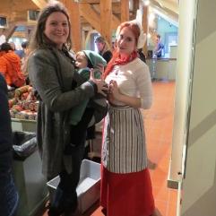 Funcionárias com trajes típicos na queijaria Catharina Hoeve.