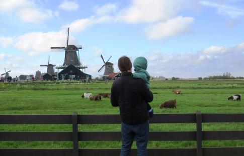 Observando os moinhos com o papai.