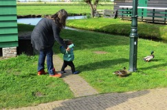 Aprendendo a andar em Zaanse Schans.