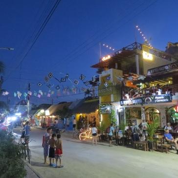 Rua principal com restaurantes e bares