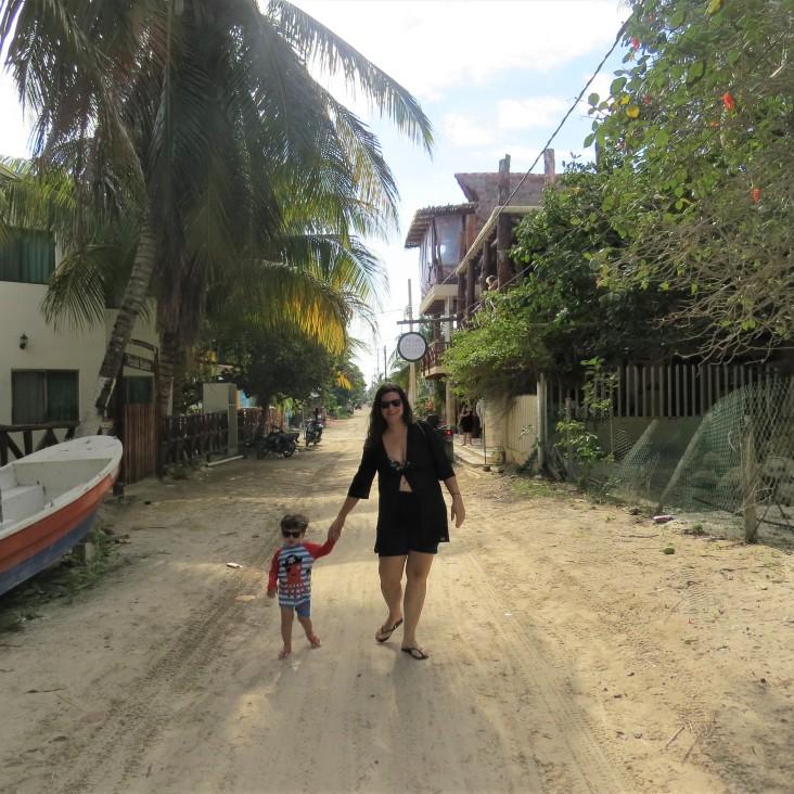 Caminhando pelas ruas de areia em Holbox