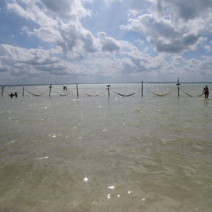 Redes no mar na praia Punta Cocos, água mais escura